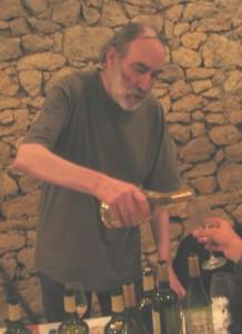 """Colloque """"Jean-Claude Pirotte, le vin des rêves"""" Juin 2004. Jean-Claude Pirotte présentant les vins d'Arbois de Jean-Marie Dole (Abbaye de Saint-Laurent, Montigny-les Arsures)."""